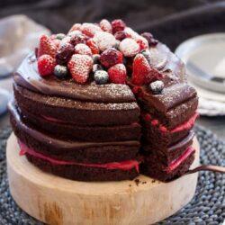 Blackberry Chocolate Cake with Chocolate Ganache and Homemade Blackberry Curd #chocolatecake #birthdaycake