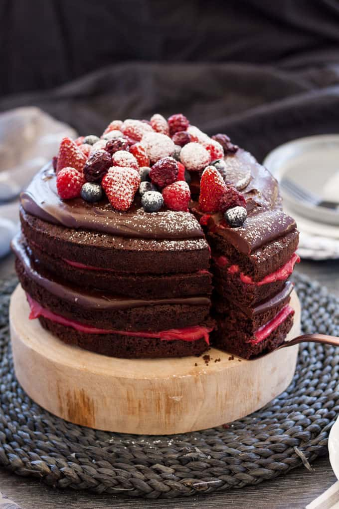 Blackberry Chocolate Cake with Chocolate Ganache and Homemade Blackberry Curd #chocolatecake #birthdaycake