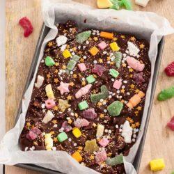 Christmas Chocolate Bark - Christmas Candy Chocolate Bark & Nougat, Cranberry and Pistachio Chocolate Bark #chocolatebark #christmas #chocolate