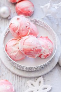 These super easy Peppermint Meringues are light, melt in your mouth and are bursting with peppermint flavour. #meringuecookies #meringues #candycane