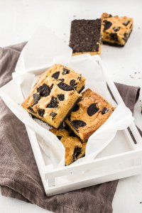 This Cookies and Cream Blondie recipe takes classic blondies to a new level. With a cookie base and filled with cookies and white chocolate, these blondies will disappear before your eyes.