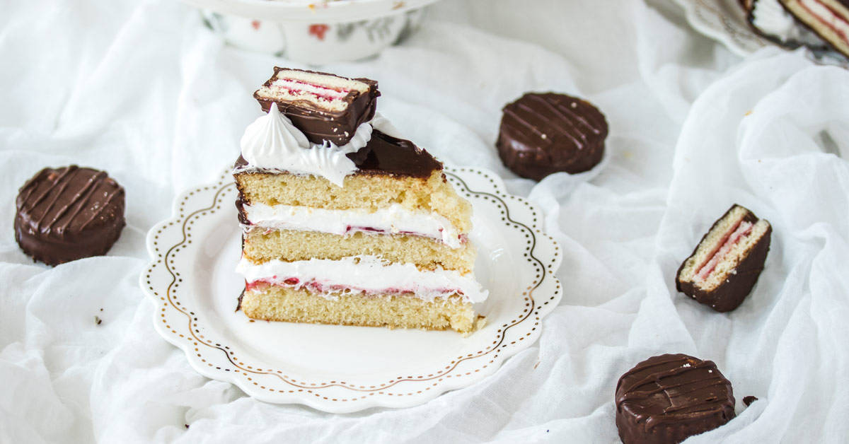 This Wagon Wheel Cake with its marshmallow frosting, vanilla sponge cake, jam and mini wagon wheels is so much fun and makes a brilliant Australia Day cake.
